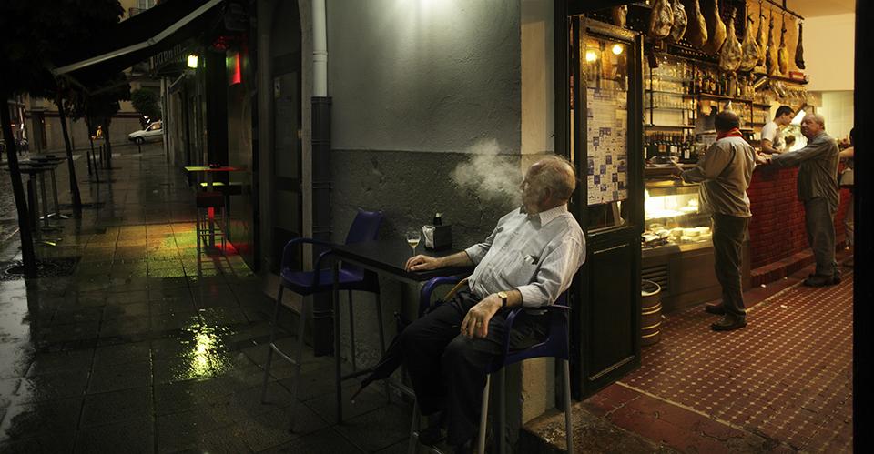 An old Spaniard contemplates the night : Santander