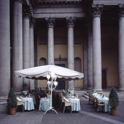 Photograph of an outside bar and tables in Milan.
